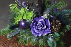 Blumenstrauß hat Weihnachtsbaumaste und künstliche Blumen lizenzfreies stockbild