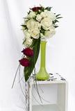 Blumenstrauß im grünen Vase Stockbilder