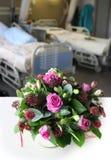 Blumenstrauß im Krankenhausraum stockfotos