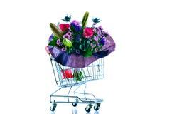 Blumenstrauß im Warenkorb lizenzfreie stockfotos