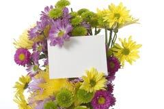 Blumenstrauß mit Anmerkungskarte stockbild