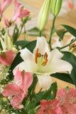 Blumenstrauß mit einer weißen Lilie lizenzfreie stockfotos