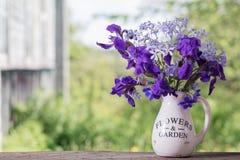 Blumenstrauß mit Iris auf Holztisch Lizenzfreie Stockbilder