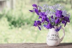 Blumenstrauß mit Iris auf Holztisch Stockbilder
