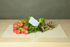 Blumenstrauß mit Karte Lizenzfreies Stockbild