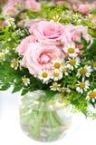 Blumenstrauß mit Rosen und camomiles stockfoto
