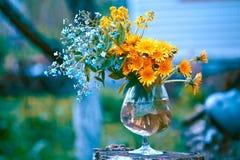Blumenstrauß mit Vergissmeinnicht und Löwenzahn Stockfotografie