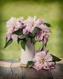 Blumenstrauß Peons auf dem Fenster Hippie-Artversion der Weinlese Retro- lizenzfreies stockfoto