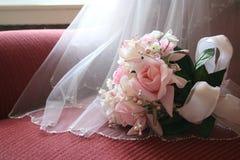 Blumenstrauß u. Schleier Stockfotos