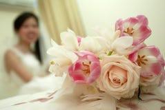 Blumenstrauß und Braut Stockfotos