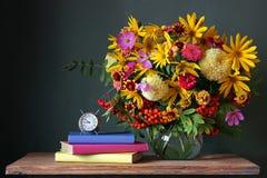 Blumenstrauß und Buch Zurück zu Schule Lizenzfreies Stockbild