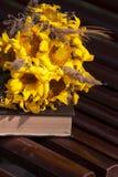 Blumenstrauß und ein Buch stockfoto