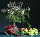 Blumenstrauß und Früchte Stockbild