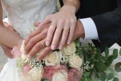 Blumenstrauß und Hände Lizenzfreies Stockfoto