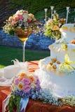 Blumenstrauß und Hochzeitskuchen. Stockbilder