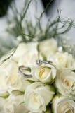 Blumenstrauß- und Hochzeitsringe Stockbild