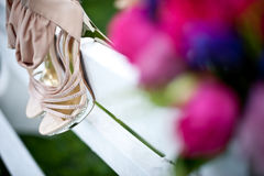 Blumenstrauß und Schuhe - Blumen für eine Hochzeit Lizenzfreie Stockfotos