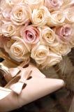 Blumenstrauß und Schuhe - Blumen für eine Hochzeit Lizenzfreies Stockbild