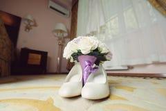 Blumenstrauß und Schuhe am Hotelzimmer Stockfotos