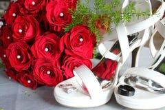 Blumenstrauß und Schuhe und Ringe stockbilder