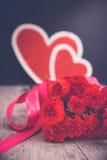 Blumenstrauß und Valentine Hearts Stockfotos