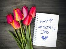 Blumenstrauß und Wörter u. x22; glückliches mother& x27; s-day& x22; lizenzfreie stockfotos