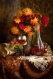 Blumenstrauß und Wein stockfotos