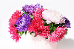 Blumenstrauß von Astern in einem dekorativen Eimer Stockfotografie