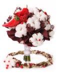Blumenstrauß von Baumwollhülsen, von roten Beeren und von rotem Pfeffer Lizenzfreie Stockfotos