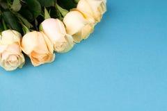 Blumenstrauß von beige Rosen auf blauem Hintergrund, Draufsicht, Kopienraum Sohn gibt der Mama eine Blume Rote Rose Stockfoto