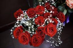 Blumenstrauß von blühenden dunkelroten Rosen lizenzfreie stockbilder