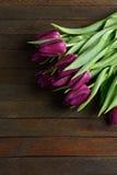 Blumenstrauß von Blumen auf braunen Brettern stockbilder
