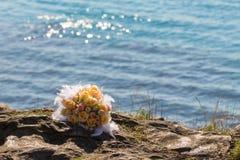 Blumenstrauß von Blumen auf dem Strand Lizenzfreies Stockbild