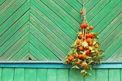 Blumenstrauß von Blumen auf der Wand Lizenzfreie Stockfotografie