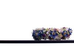 Blumenstrauß von Blumen auf einem braunen Schreibtisch mit lokalisiertem Hintergrund Lizenzfreie Stockfotos