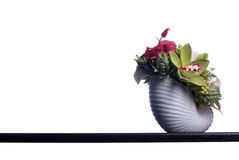 Blumenstrauß von Blumen auf einem braunen Schreibtisch mit lokalisiertem Hintergrund Stockfotografie