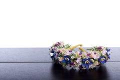 Blumenstrauß von Blumen auf einem braunen Schreibtisch mit lokalisiertem Hintergrund Stockbilder