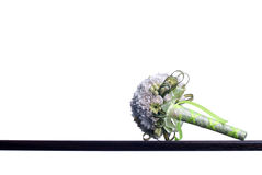 Blumenstrauß von Blumen auf einem braunen Schreibtisch mit lokalisiertem Hintergrund Stockbild