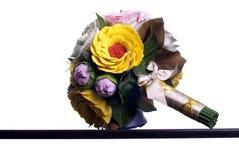 Blumenstrauß von Blumen auf einem braunen Schreibtisch mit lokalisiertem Hintergrund Lizenzfreies Stockfoto