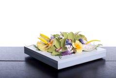 Blumenstrauß von Blumen auf einem braunen Schreibtisch mit lokalisiertem Hintergrund Lizenzfreies Stockbild