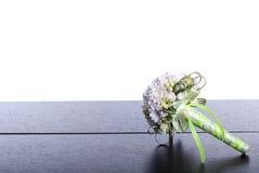 Blumenstrauß von Blumen auf einem braunen Schreibtisch mit lokalisiertem Hintergrund Lizenzfreie Stockfotografie