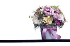 Blumenstrauß von Blumen auf einem braunen Schreibtisch mit lokalisiertem Hintergrund Lizenzfreie Stockbilder