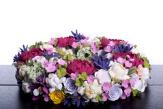 Blumenstrauß von Blumen auf einem braunen Schreibtisch mit lokalisiertem Hintergrund Stockfoto