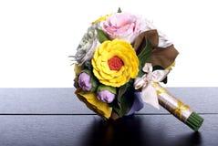 Blumenstrauß von Blumen auf einem braunen Schreibtisch mit lokalisiertem Hintergrund Stockfotos