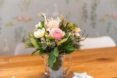 Blumenstrauß von Blumen auf Holztisch lizenzfreies stockbild