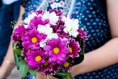 Blumenstrauß von Blumen in den Damenhänden lizenzfreies stockbild