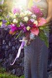 Blumenstrauß von Blumen in den Floristenfrauenarmen Phuket Lizenzfreie Stockfotografie