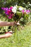 Blumenstrauß von Blumen in den Floristenfrauenarmen Phuket Lizenzfreie Stockfotos