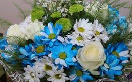 Blumenstrauß von Blumen eine Zusammensetzung von Rosen und von Kamille Hintergrund für Postkarte Lizenzfreies Stockfoto