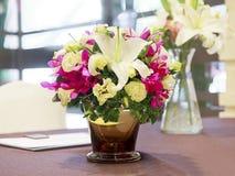 Blumenstrauß von Blumen in einem Glasvase Lizenzfreies Stockfoto
